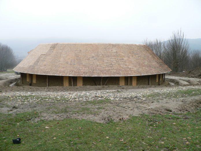 Casa din pământ de la Buneşti. Foto: Cristian Cocea, povesteazilei.blogspot.com