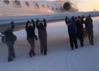 avion împins de pasageri