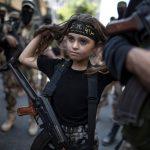 Într-un război al oamenilor mari, copiii sunt obișnuiți cu armele. Foto: Imgur