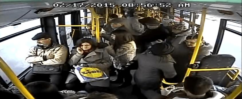 Scena furtului a fost surprinsă de camerele de supraceghere din autobuz