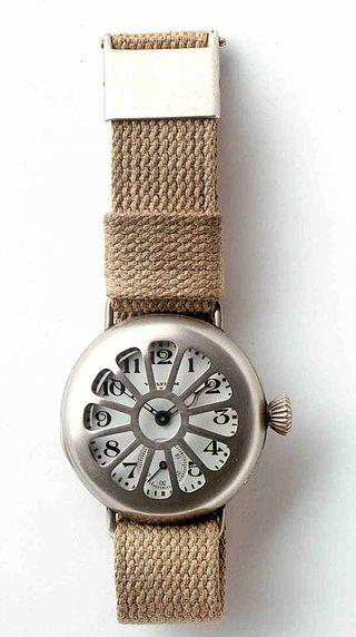 Unul dintre primele ceasuri de mănă făcut de compania numită Waltham Watch Company, ceasul a fost purtat de soldaț în primul Război Mondial (Deutsches Uhrenmuseum, Inv. 47-3352)