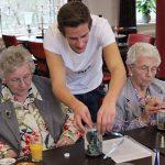 Tineri, alături de bătrânii de la azil Foto: Facebook Humanitas Nederland