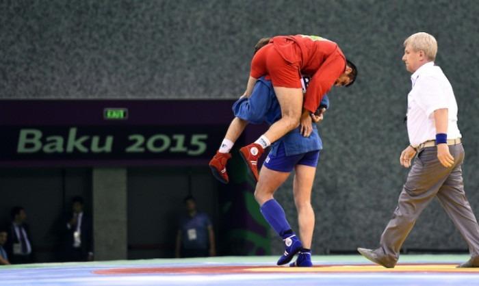 Învingătorul îl duce în spate pe învins - o imagine a tot ce este mai bun în sport (sport.mail.ru)