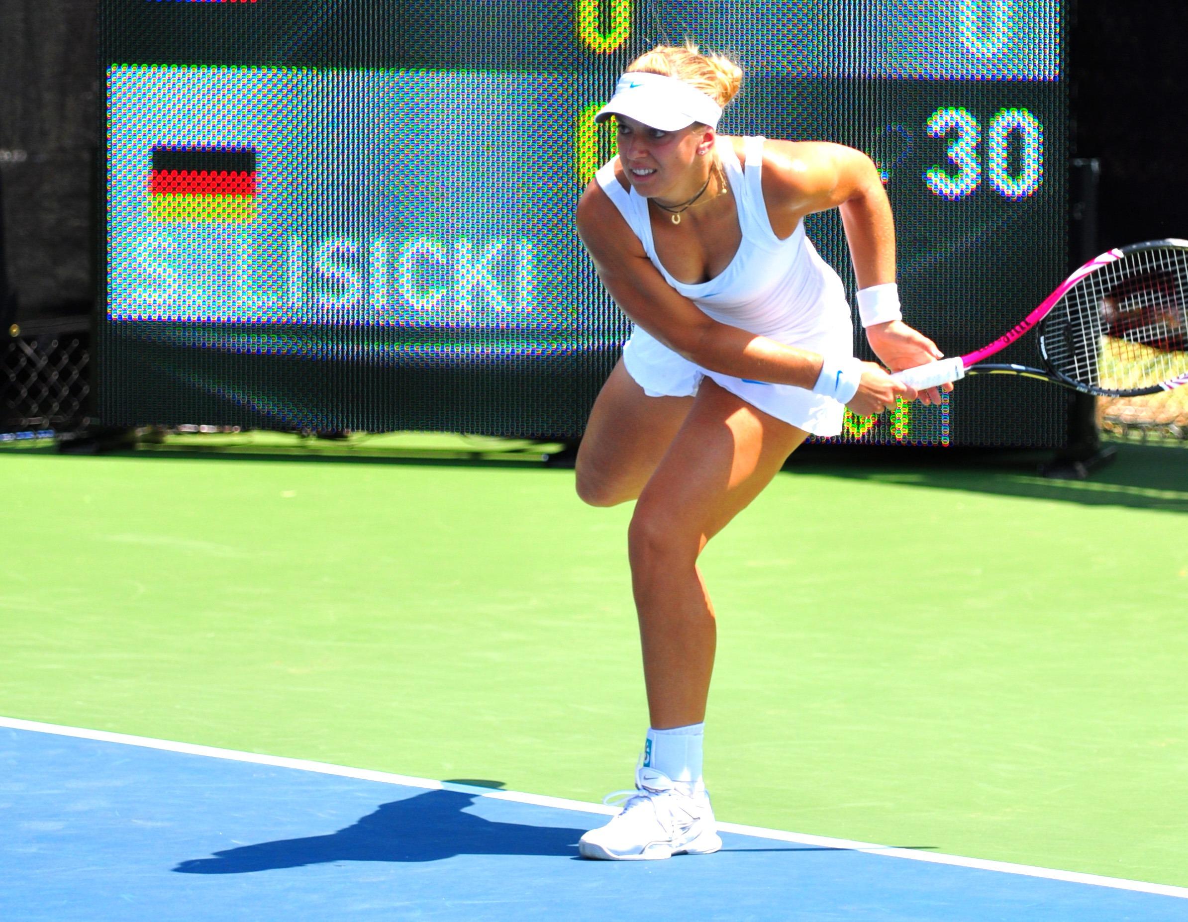 Deși nu e deloc înaltă (1,78 m), Sabine Lisicki servește ca din tun (wikimedia.org)