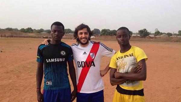 Santiago, în mijloc, îmbrăcat în tricoul echipei sale favorite - River Plate (clarin.com)