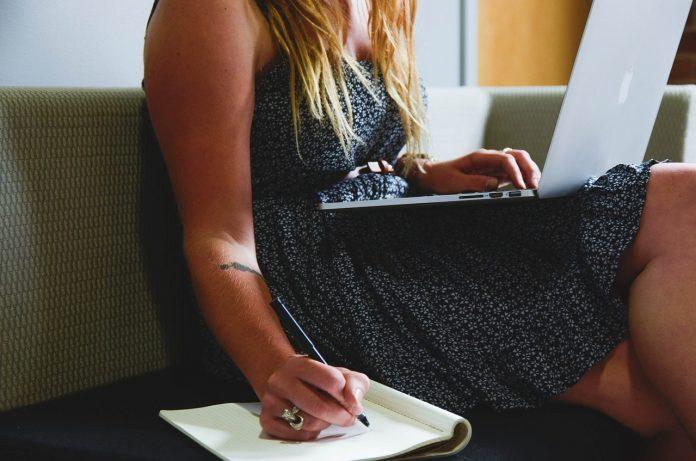 femeie laptop scris