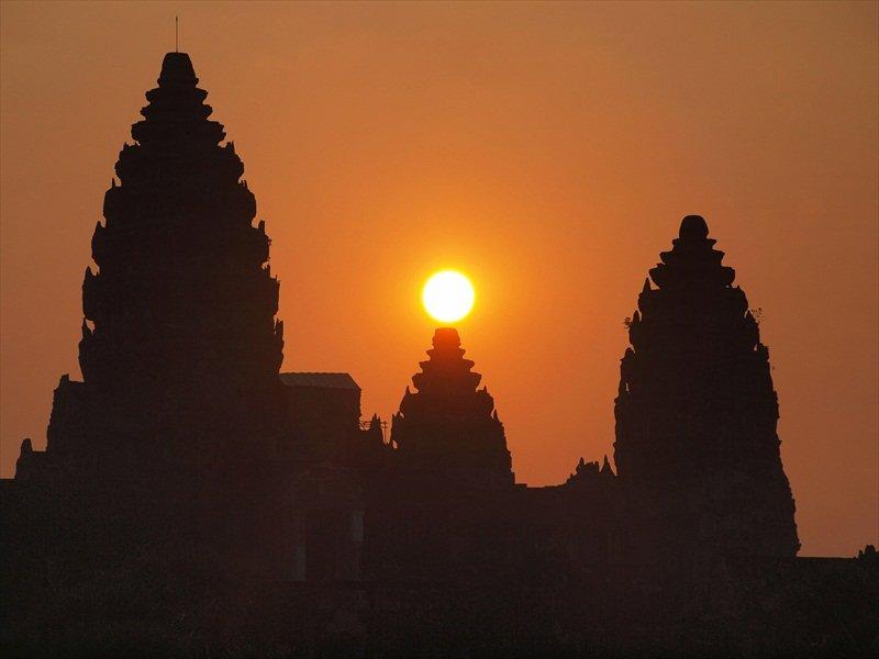 Templul de la Angkor este și un observator astronomic foarte exact. Un răsărit de soare în zi de echinocțiu de toamnă (Wikimedia Commons)