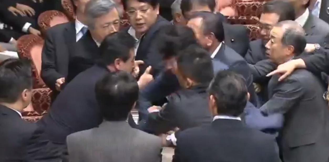 Parlamentarii japonezi s-au luat la bătaie (Youtube)