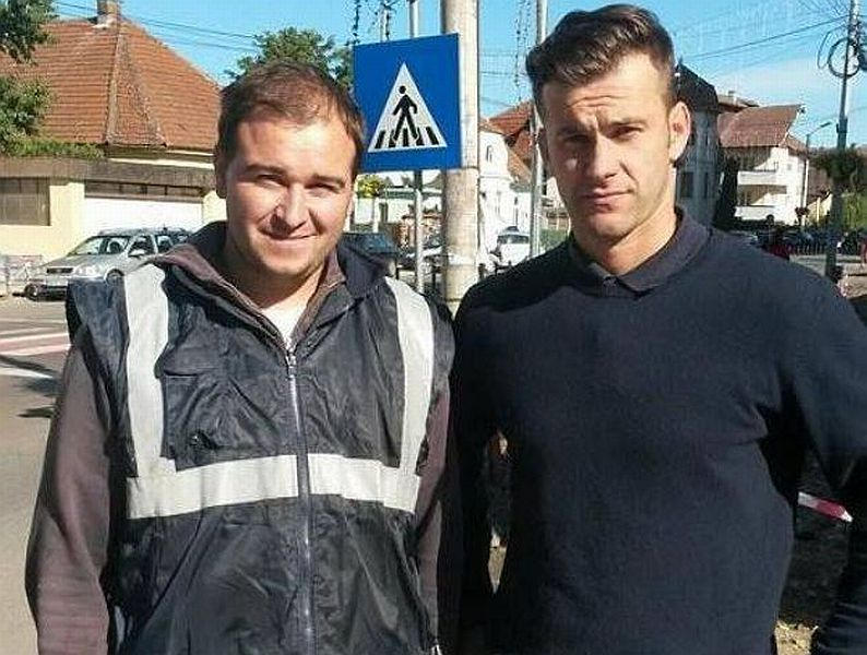 Ionuț (dreapta), cel care a găsit portofelul lui Ovidiu Galeș (dreapta)