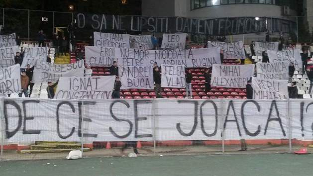 Așa a arătat una dintre peluzele dinamoviste înaintea meciului jucat în zi de doliu național (Romanian Ultras)