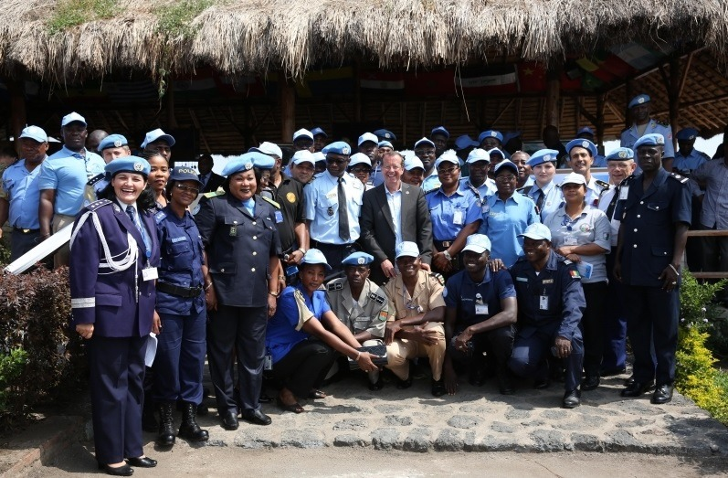Luminița Popescu (stânga) și polițiștii congolezi (Foto: ziuaconstanta.ro)