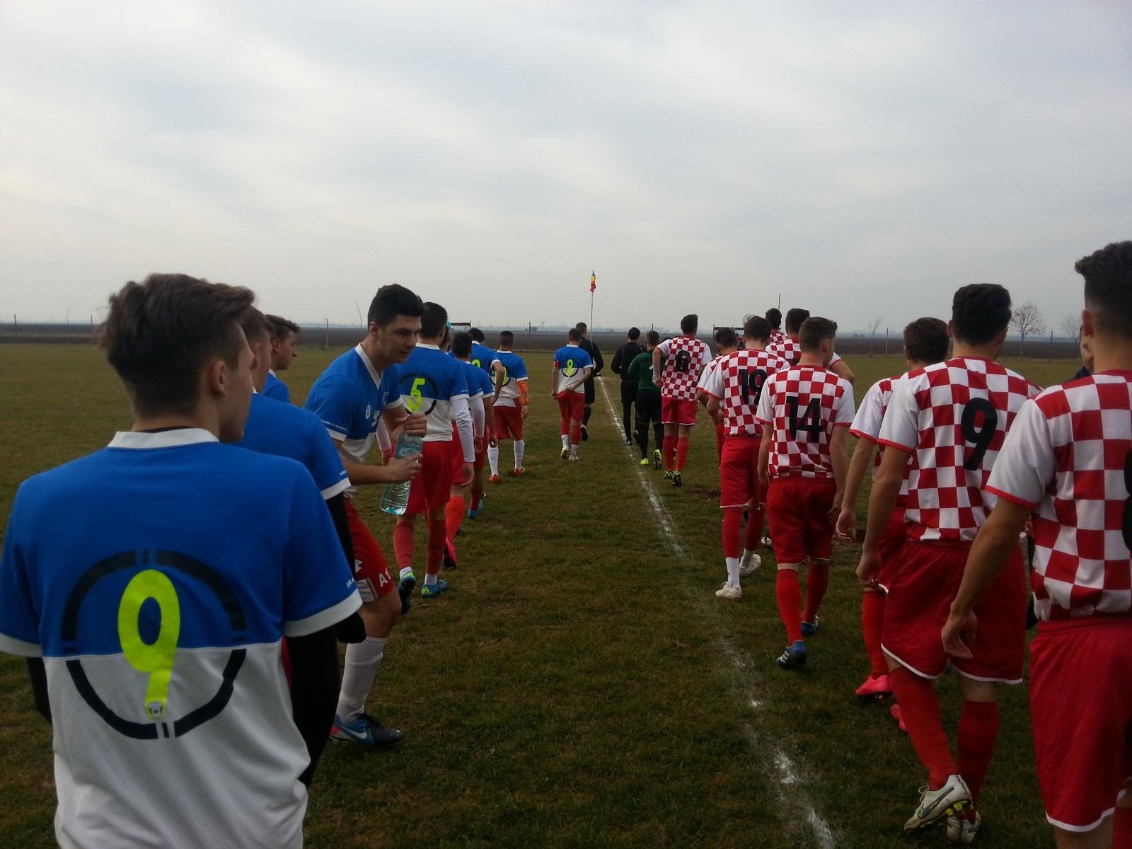 Benfica Noua Generație București (tricouri alb-roșii) și Progresul Spartac înaintea duelului din liga a V-a (Foto: Sorin Breazu)