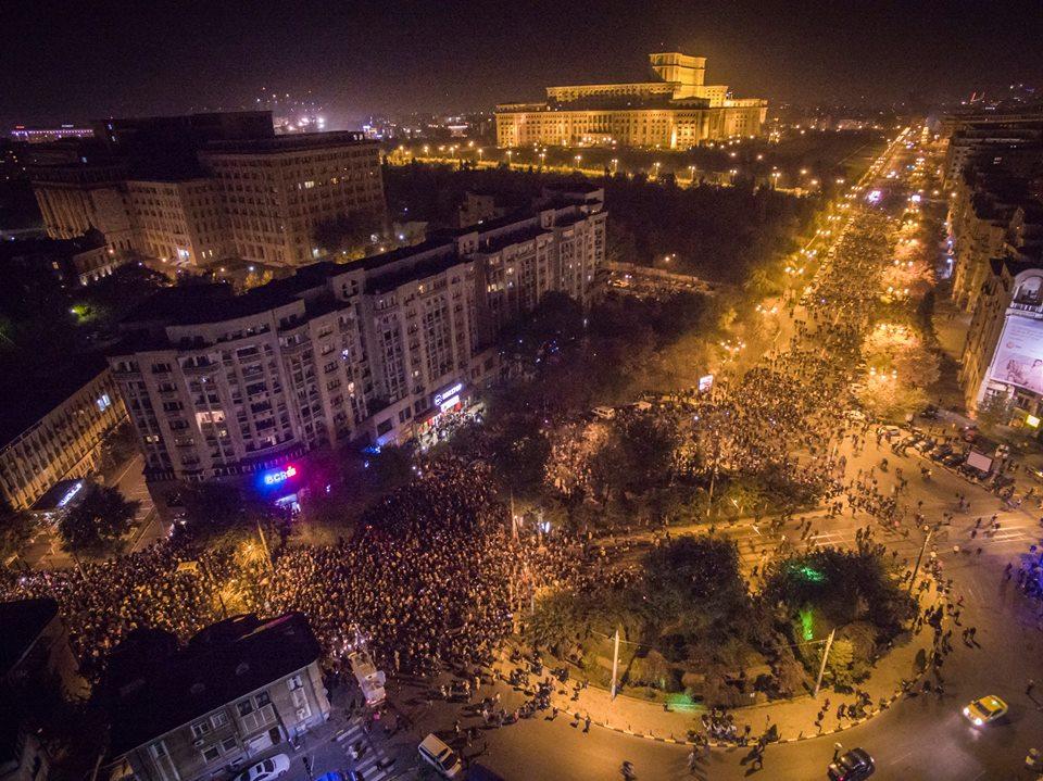 Zeci de mii de oameni au protestat aseară în București (Alexandru Dorobanțu - Facebook)