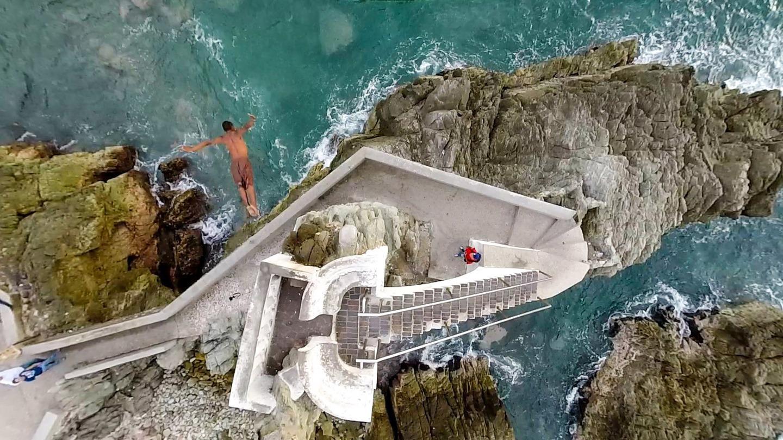 Săriturile în apă de la înălțime sunt extrem de populare în America de Sud. Foto: Alejandro Ochoa / Dronestagram
