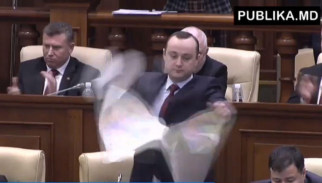 Vlad Bătrâncea a rupt harta României Mari în Parlamentul de la Chișinău