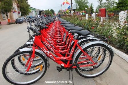 Toți elevii de la școala din Peștera au primit, gratuit, biciclete pentru a veni la școală. Foto: Primăria Peștera