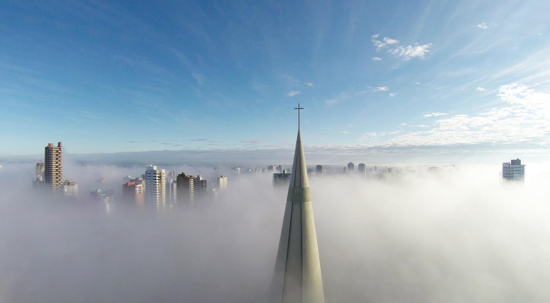 Imagine surprinsă deasupra stratului de ceață în Maringa, Parana, Brazilia. Foto: Ricardo Matiello / Dronestagram