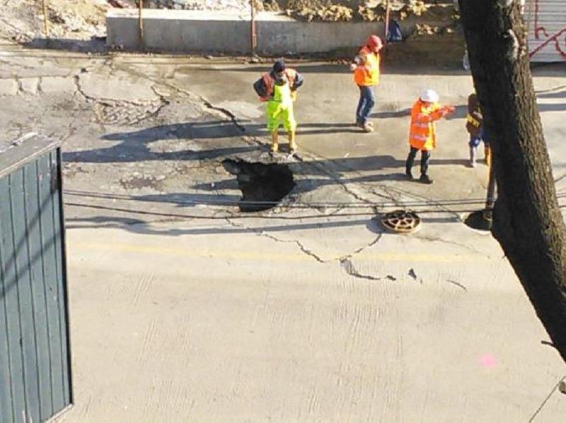 Lucrările la noua magistrală de metrou au provocat stricăciuni la suprafaţă în zona Eroilor (Foto: Digi 24 - Andrei Răduţ)