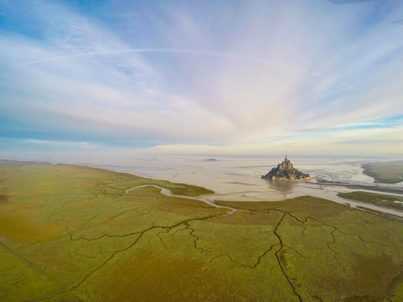 Mont Saint-Michel (Muntele Sfântul Mihail), Normandia, Franța. Foto: Jeremie Eloy / Dronestagram