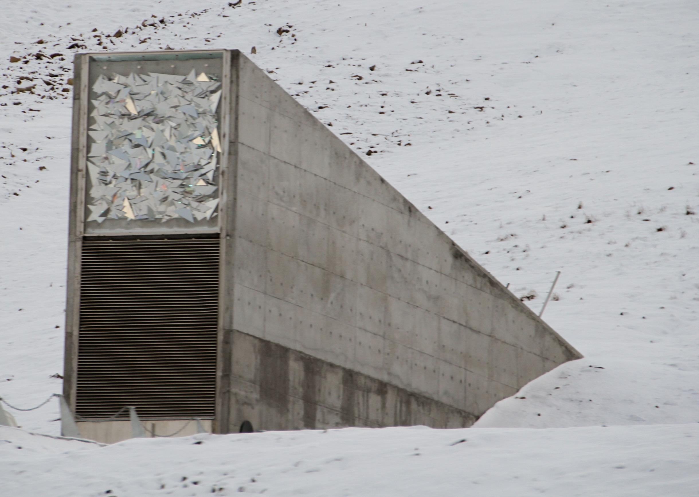 Așa arată intrarea în banca de semințe din arhipelagul Svalbard (Wikimedia Commons)