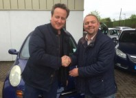 David Cameron și Iain Harris Witney la centrul Used Car Centre/Facebook