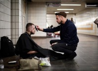 frizerul gratuit oamenii străzii