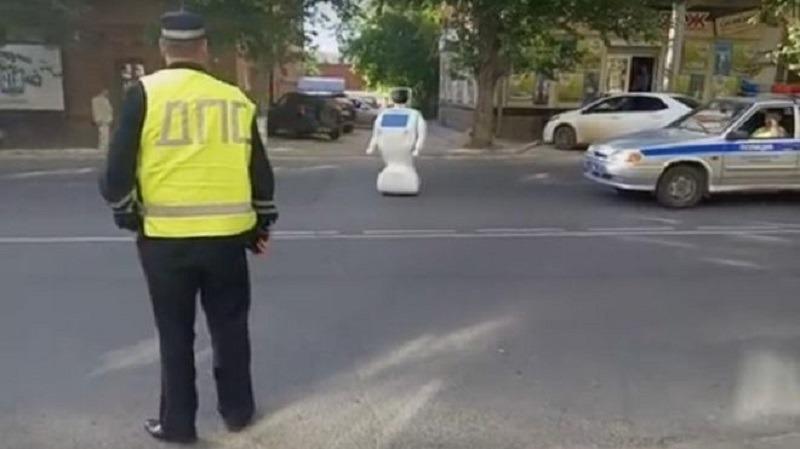 Robotul rusesc a stat mai mult de o jumătate de oră în mijlocul străzii (Youtube)