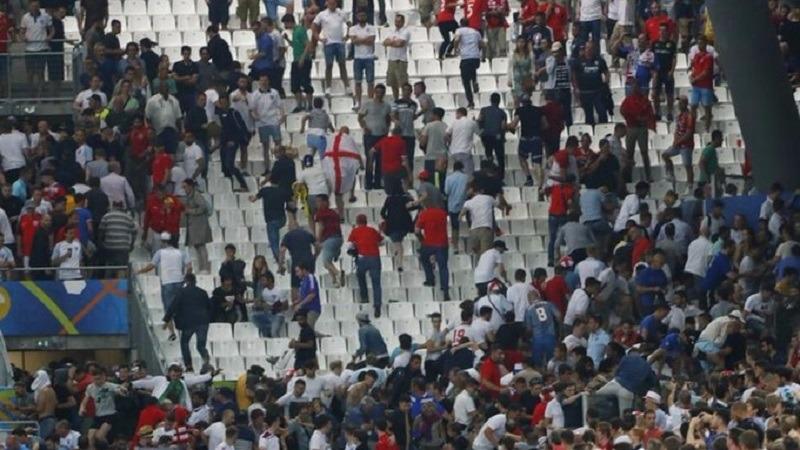 Fanii ruși i-au luat la bătaie pe englezi la finalul meciului (Youtube)