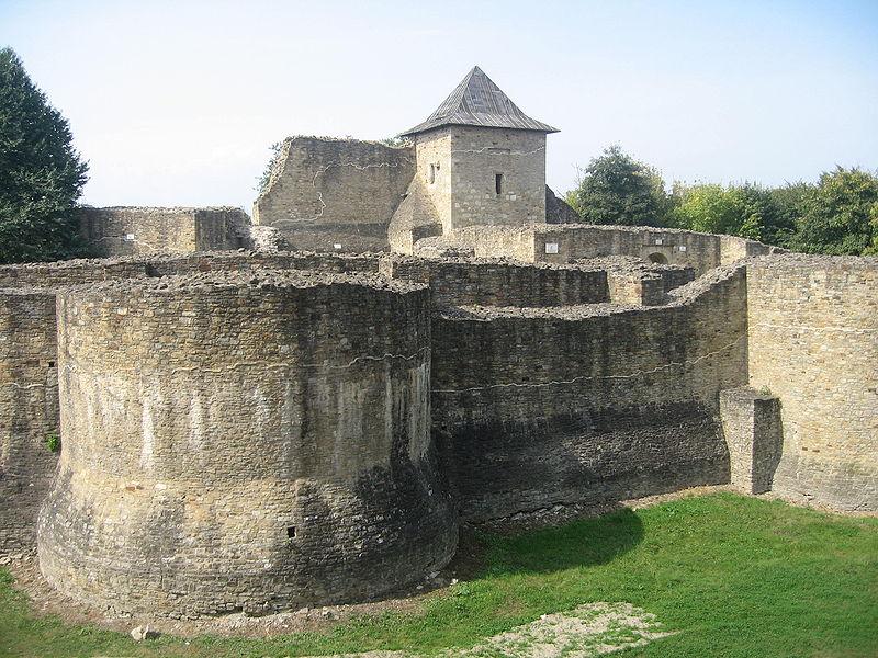Cetatea de Scaun a Sucevei – partea centrală. FOTO: Cezar Suceveanu/Wikimedia Commons