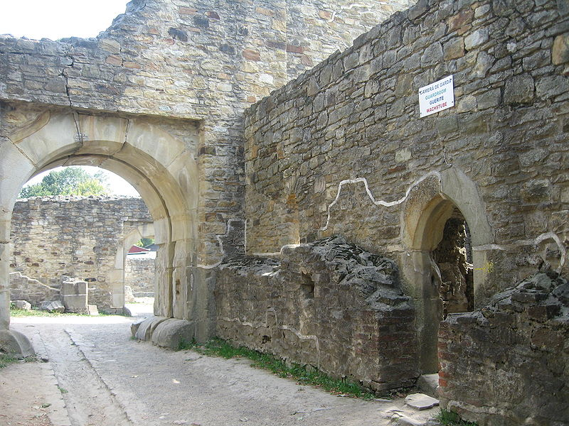 Cetatea de Scaun a Sucevei – hol de acces și cameră de gardă. FOTO: Cezar Suceveanu/Wikimedia Commons
