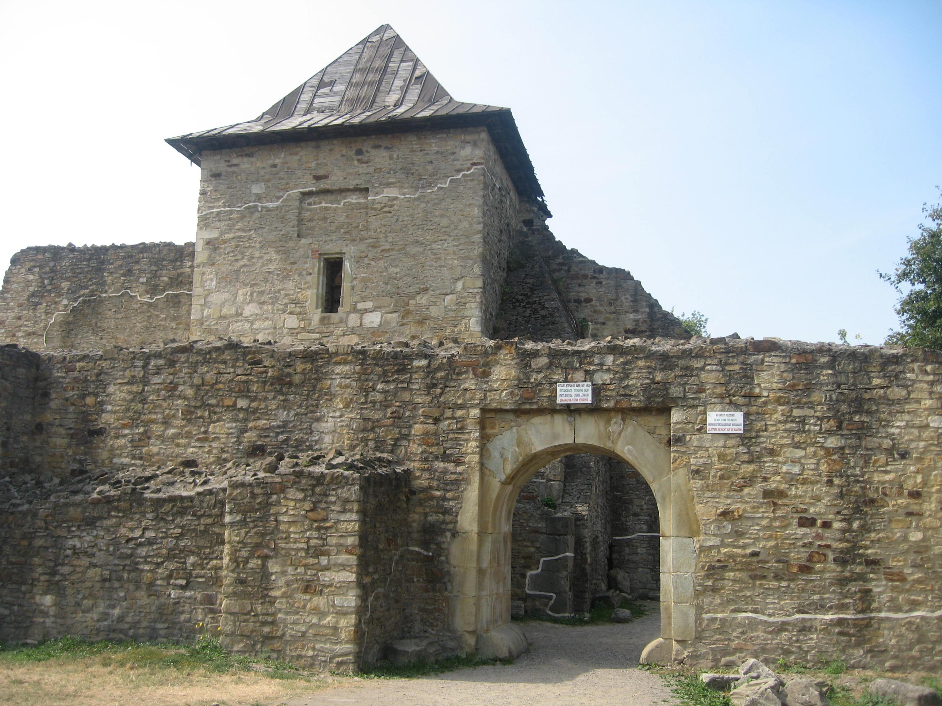 Cetatea de Scaun a Sucevei – poartă de intrare. FOTO: Cezar Suceveanu/Wikimedia Commons