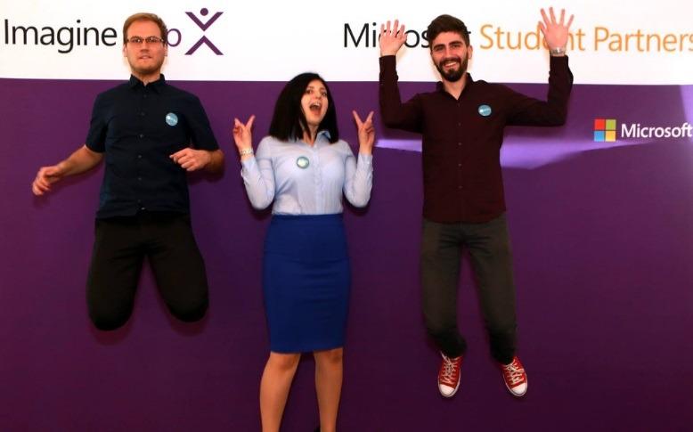 Cei trei studenți români vor colabora cu șeful Microsoft