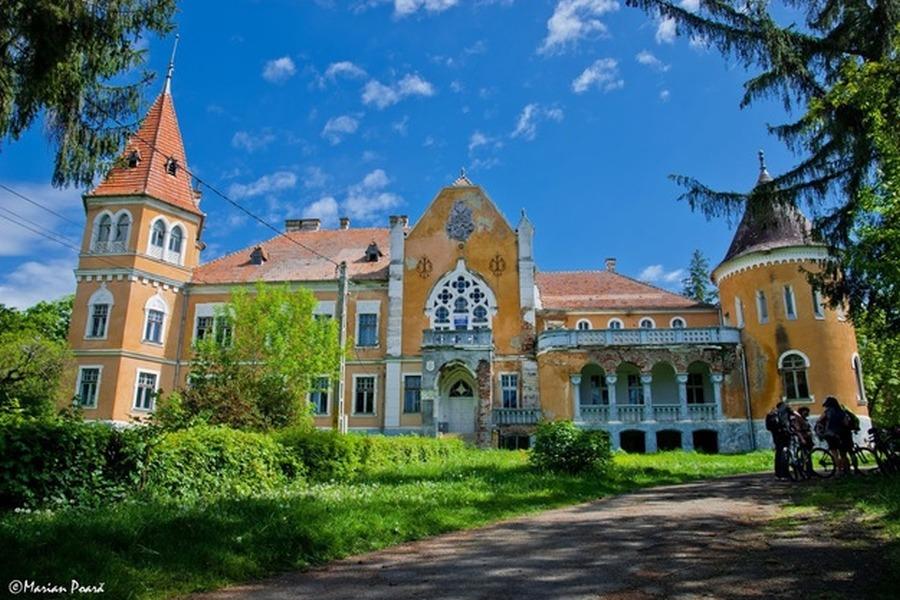 Castelul-Calendar, o minune din România. Are 365 de ferestre, 52 de ...