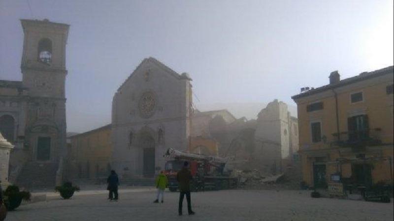Așa arată bazilica din Norcia după cutremurul de azi-dimineață (Twitter)