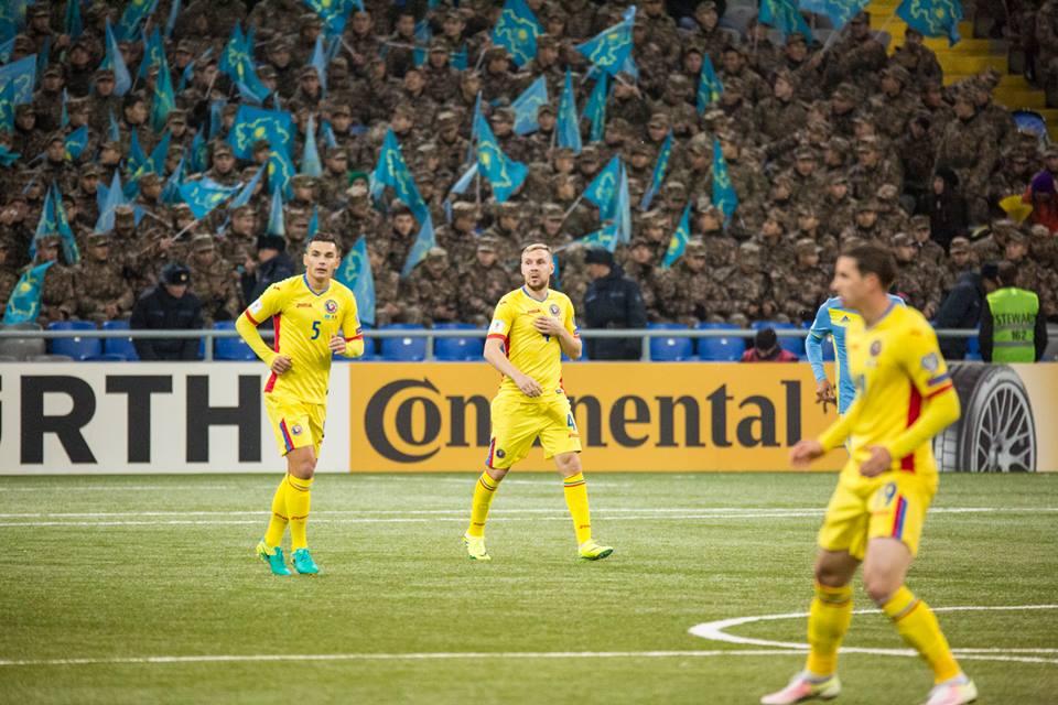 Românii au jucat în condiții grele în Kazahstan. Gazdele au fost încurajate și de câteva sute de soldați (Echipa națională de fotbal a României - Facebook)