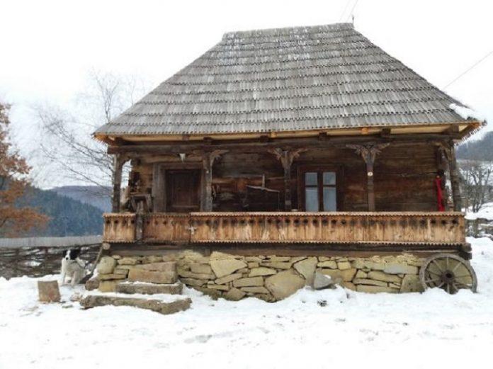 Casa de lemn fusese lăsată în paragină de proprietari (Foto: Angela Sabău / Adevărul)