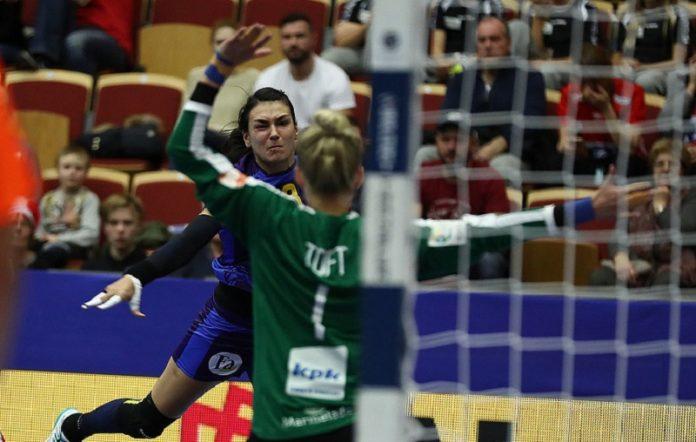 Din două mingi trimise pe poartă de românce, daneza Sandra Toft a reușit să pareze una (Marius Ionescu - swe2016.ehf-euro.com)