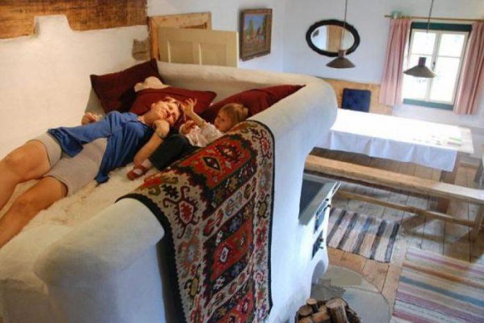 Soba cu pat era des întâlnită în casele românilor din prima parte a secolului trecut (Foto: adelaparvu.com)