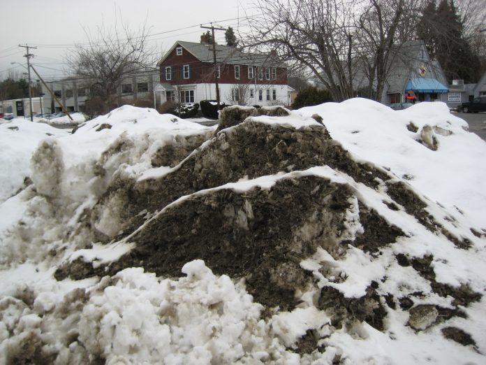 Zăpada murdară este un pericol pentru sănătatea cetățenilor, în special în mediul urban (Foto: Eugene Peretz / Flickr)