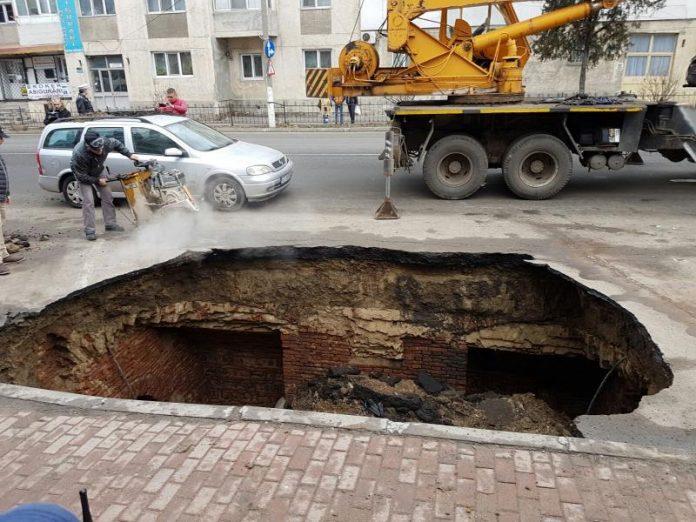 Așa arată gaura de la marginea drumului European 85 (Foto: Mihai Stoian / Digi 24)