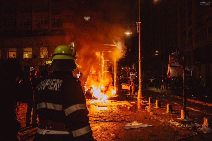 Ultrașii par să fie principalii responsabili pentru incidentele din Piața Victoriei. Foto: Andreea Retinschi