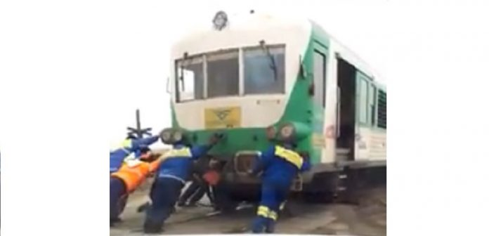 Un tren care traversa județul Bihor a fost împins de muncitorii de căi ferate (bihon.ro)