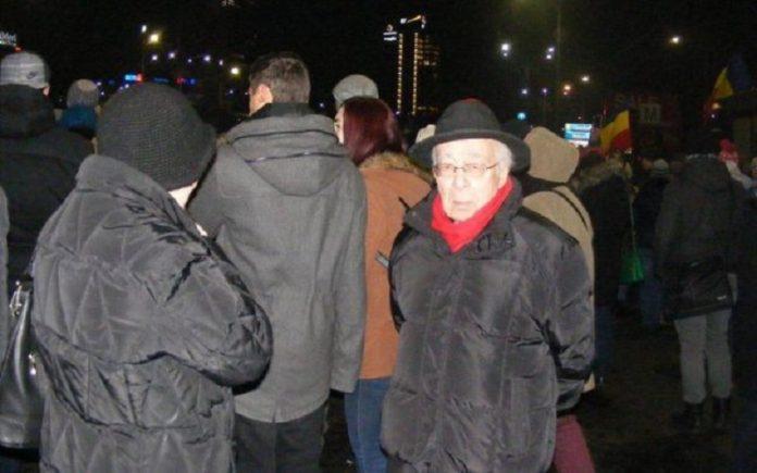 Mihai Șora, la protestele din Piața Victoriei (Foto: Facebook)