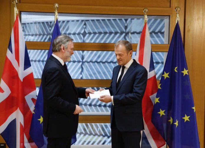 Momentul în care Donald Tusk primește documentul prin care Marea Britanie cere ieșirea din UE FOTO: Donald Tusk/Twitter