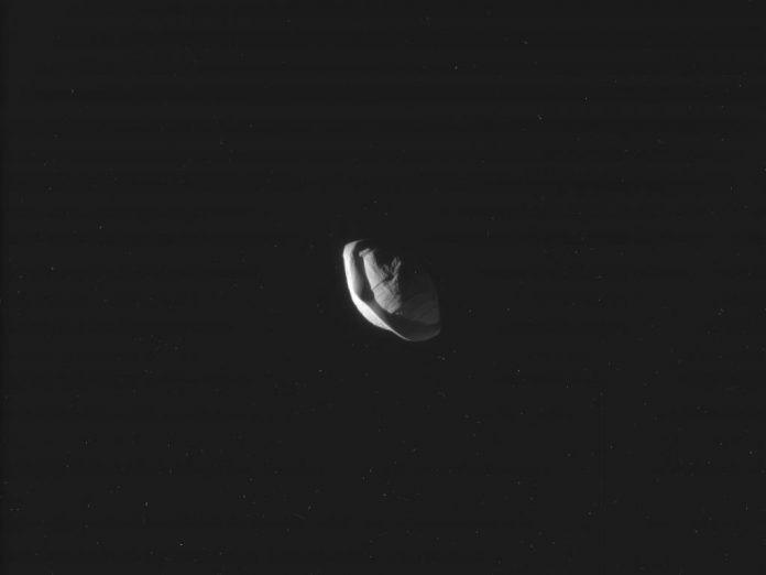 Pan, bizarul satelit al planetei Saturn. Credit: NASA/JPL-Caltech/Space Science Institute