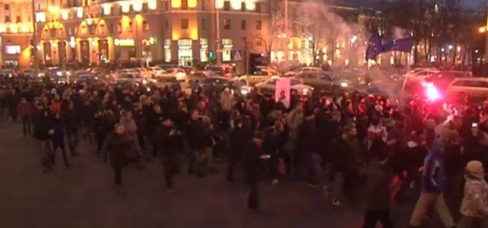 Mii de oameni au protestat împotriva legii la Minsk și în alte orașe din Belarus (Foto: Euronews)
