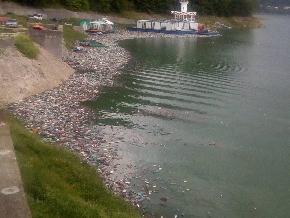 lacul bicaz gunoaie