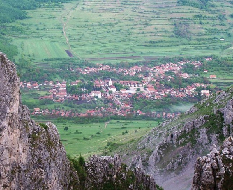 Satul Rimetea, văzut de pe Piatra Secuiului (Foto: Wikimedia Commons)
