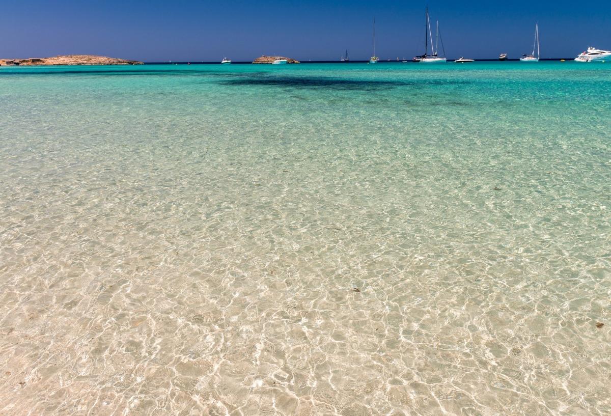 plajă apă albastră limpede spania