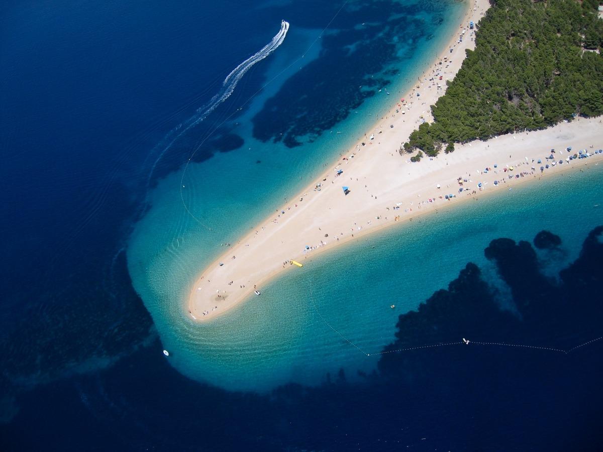 plajă apă albastră limpede croația